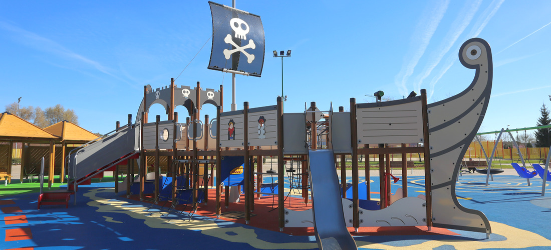 Shipwreck themed multiplay structure